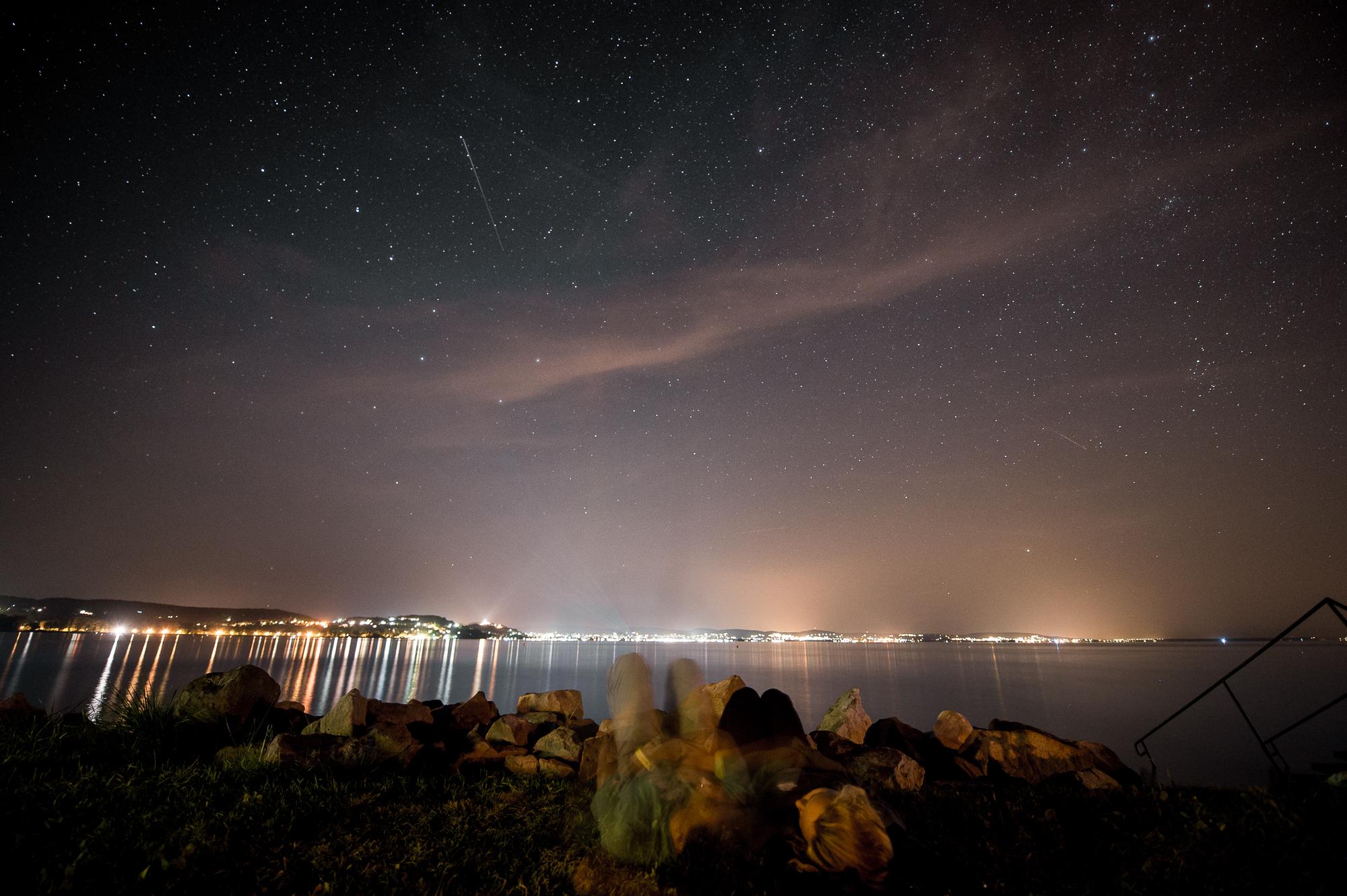 Fiatalok nézik a csillaghullást a Balaton parton Zamárdiban 2015. augusztus 11-én.