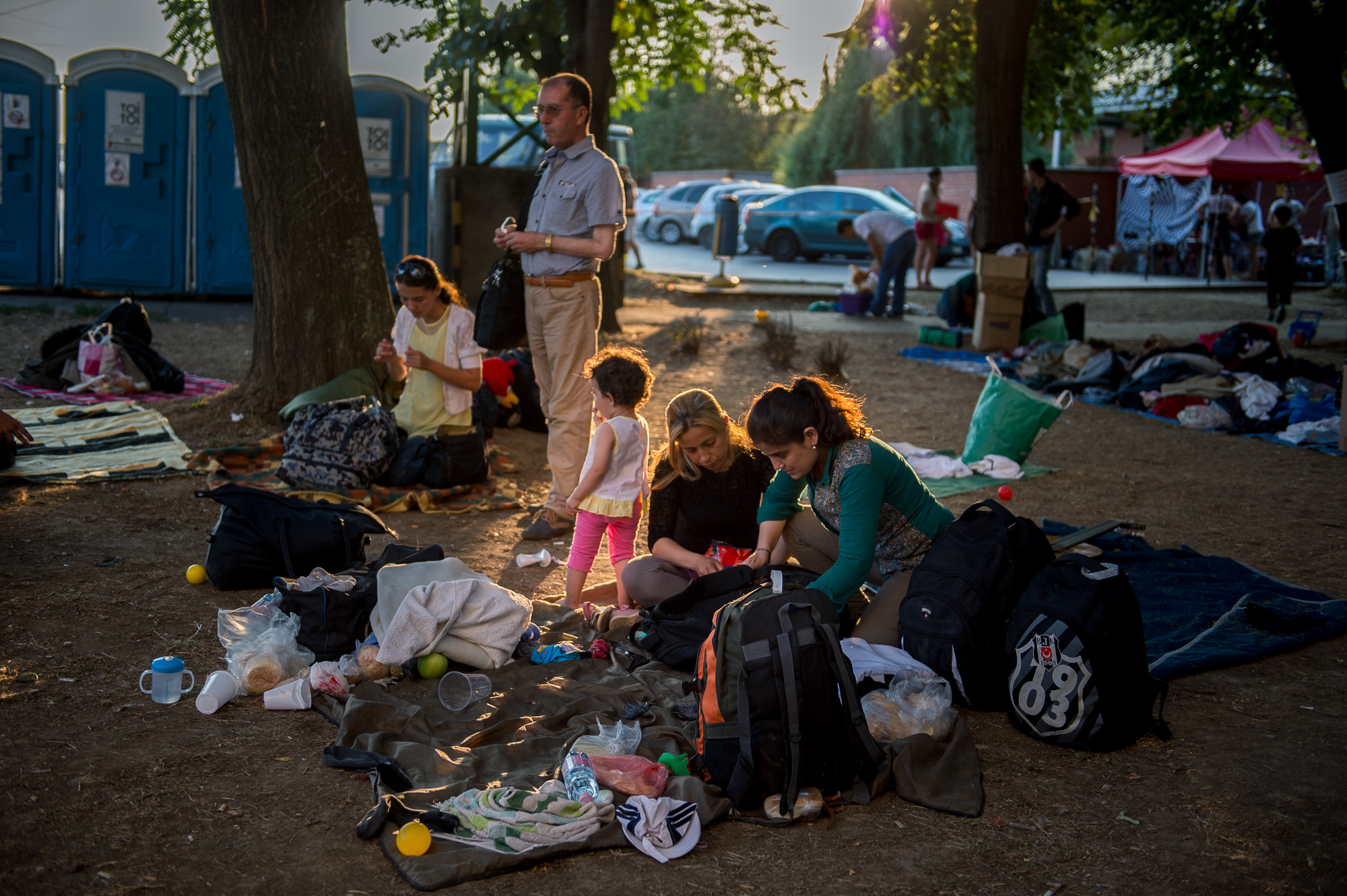 Szír menekültek a civilek által működő várakozó helyen a pécsi vasútállomás mellett 2015. augusztus 31-én.
