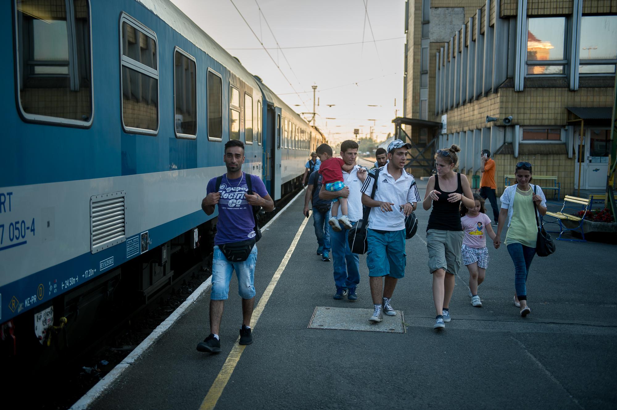 Menekültek mennek a vonatjukhoz a pécsi vasútállomáson 2015. augusztus 31-én.