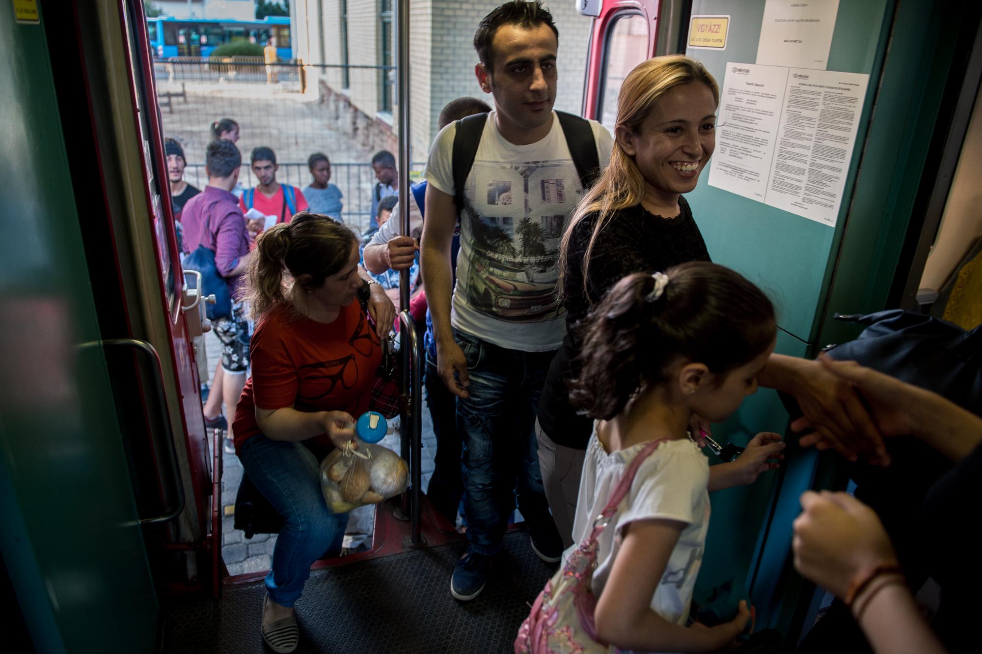Menekültek szállnak fel a vonatukra a civilek által működő várakozó helyen a pécsi vasútállomás mellett 2015. augusztus 31-én.