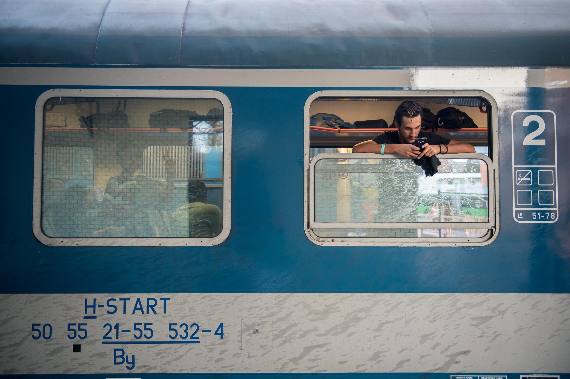 Egy menekült a Pécs-Budapest között közlekedő vonaton Pécsen 2015. augusztus 31-én.