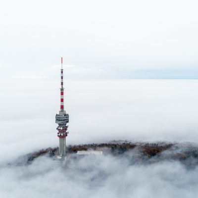 Ködből kilógó pécsi Tv-torony 2018. november 24-én.