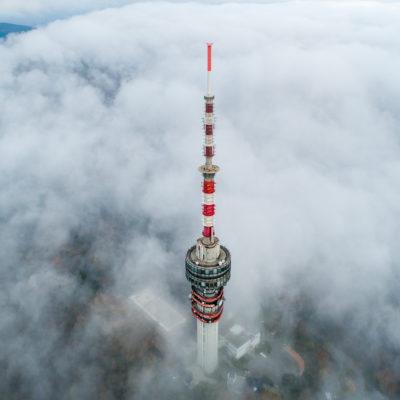 Ködből kiemelkedő pécsi tv-torony 2019. november 25-én.