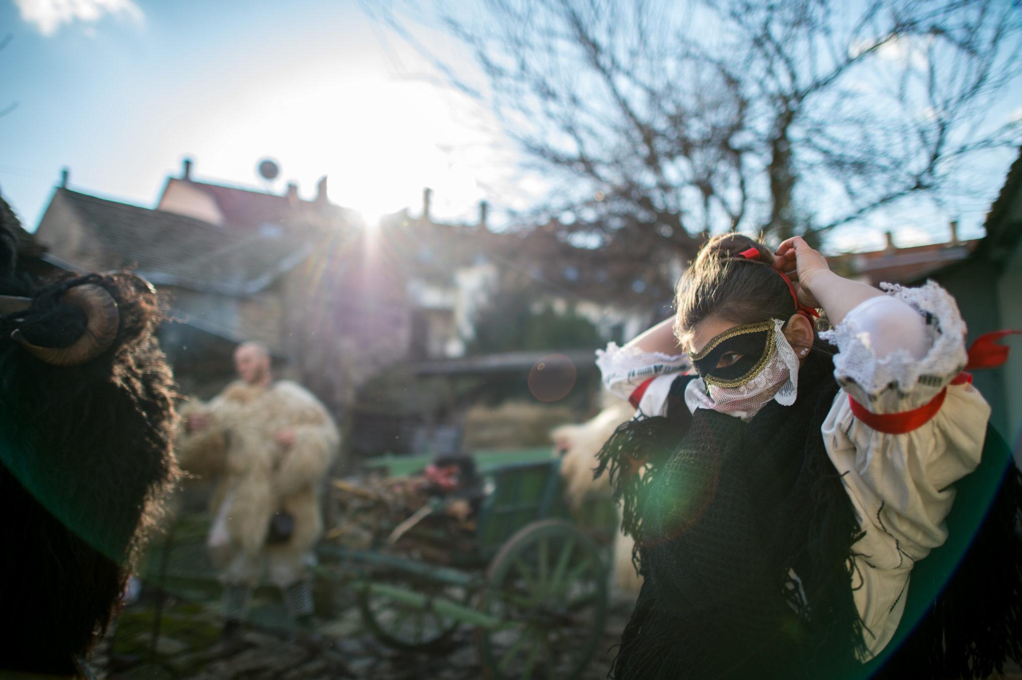 Egy sokaclány készülődik a mohácsi busójárás első napján kisfarsangkor Vidák Zoltán portáján 2016. február 4-én.