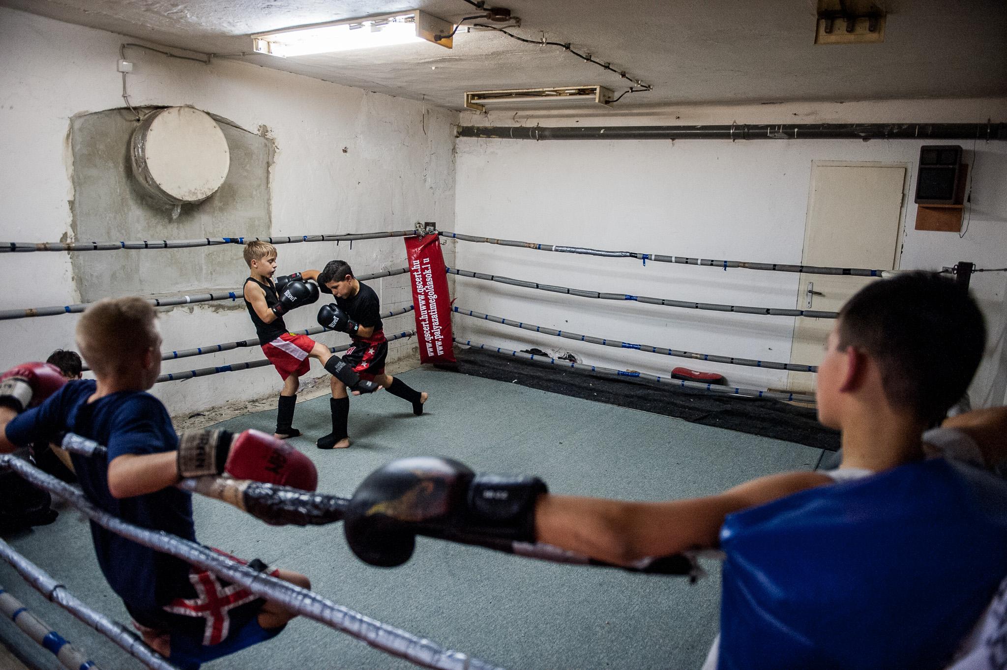 Sportolók edzenek a Dozso SE Thai-box edzésén Pécsen 2014. november 7-én.